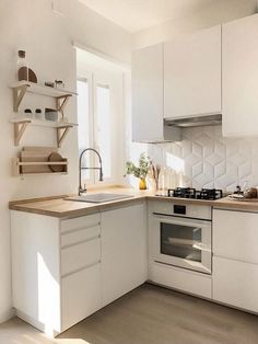 31 The Best Small Apartment Kitchen Design Ideas - When doing a small kitchen design for an apartment, either a corridor kitchen design or a line layout design will be best to optimize the workflow. Mason Jar Kitchen Decor, Home Decor Kitchen, New Kitchen, Smart Kitchen, Kitchen White, Awesome Kitchen, Kitchen Small, Small House Kitchen Ideas, Mason Jars