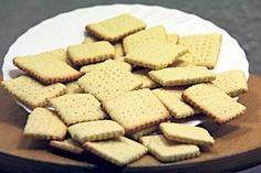 A háztartási keksz általában annál jobb, minél több benne a liszt, s kevesebb a cukor és a növényi zsiradék – véli Tóth Gábor élelmiszer-szakértő. Az íz, az illat és az állag emellett természetesen az alapanyagok minőségétől függ leginkább. Lássuk, miért! Biscuits, Gluten, Bread, Cookies, Cukor, Desserts, Recipes, Food, Bakken