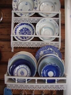 sinivalkoinen,astiat,hylly,hyllykkö,astiahylly Collectible Pottery, Cottage Style, Scandinavian Home, Rustic Furniture, Comforters Cozy, Cottage Style Kitchen, Decorative Plates, Seaside Cottage, Blue And White