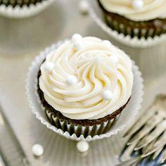 De vainilla crema de mantequilla de cacao remató las magdalenas    , pastelitos de chocolate para chuparse los dedos húmedos rematado con un montón de crema de mantequilla de vainilla