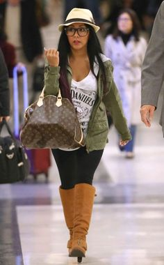 Leave it to Snooki to rock a Jack Daniels T-shirt! We must admit though, this Jersey gal looks so adorable in these oversized, geek chic specs!