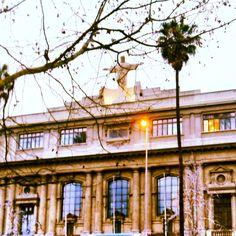 Emoldurando o Cristo da PUC de Santiago, Chile