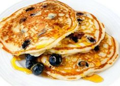 Oatmeal, Buttermilk, and Blueberry Pancakes Perfect for brunch, these moist, light pancakes are filling. Adding oatmeal to the batter is a delicious way to add fiber to your morning meal. Calories: 129 per pancake Brunch, Pancakes And Waffles, Blueberry Pancakes, Protein Pancakes, Oatmeal Pancakes, Blueberry Oatmeal, Souffle Pancakes, Buttermilk Pancakes, Healthy Breakfast Recipes