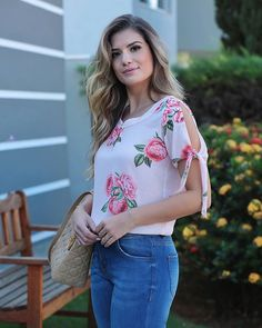{Summer Wishes} Detalhes desta blusa floral com poás linda na querida @arianecanovas! 💕💕💕 Simple Outfits, Cute Outfits, Fancy Blouse Designs, Blouse Models, Frocks For Girls, Moda Chic, Girls Blouse, Embroidered Clothes, Modest Clothing