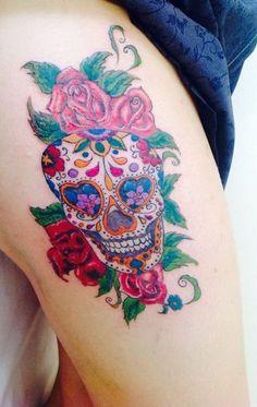 As tatuagens, símbolo de expressão visual e artística desde a antiguidade, também são sujeitas a modismos. Elas são feitas, na maioria das vezes, com base em histórias e conceitos ideológicos de quem pretende ter um desenho no corpo. Mas não se pode ignorar que as modas ditam, muitas vezes, os desenhos da estação. No Distrito Federal, a caveira mexicana está entre uma das mais pedidas nos últimos meses Dope Tattoos, Unique Tattoos, Body Art Tattoos, Sleeve Tattoos, Mexican Skull Tattoos, Sugar Skull Tattoos, Calaveras Mexicanas Tattoo, Pretty Girl Tattoos, Tattoos For Women Flowers