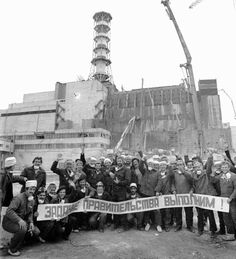 """Workers with a banner """"The government task is doable!"""" Against the background of an unfinished concrete sarcophagus over the Chernobyl reactor in Few would survice. Chernobyl 1986, Chernobyl Disaster, Abandoned Buildings, Abandoned Places, Chernobyl Liquidators, Chernobyl Reactor, Chernobyl Nuclear Power Plant, Nuclear Energy, World History"""