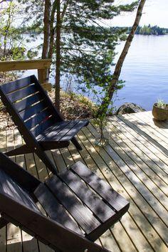Täydelliset puutarhatuolit Cozy Cabin, Cozy Cottage, Lakeside Living, Outdoor Living, Outdoor Spaces, Outdoor Chairs, Outdoor Decor, Jacuzzi, Porches