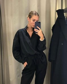 The mirror selfie is making a comeback on the gram! All Black Outfit, Black Mirror, Minimalist Fashion, Comebacks, Normcore, Style Inspiration, Casual, Selfie, How To Make
