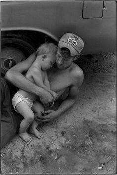 Love the tenderness captured in this photo by Dorothea Lange. From The Incredible Photography Portfolio of Dorothea Lange. Photos Du, Old Photos, Vintage Photos, Documentary Photographers, Famous Photographers, Dorothea Lange Photography, Art Expo, Dust Bowl, Dylan Thomas