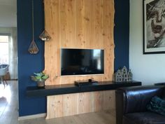 Tv meubel houten wand van larikshout boomstam By Laura van Twillert