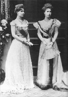 Marie, Crown Princess of Romania with her sister Princess Alexandra, Hereditary Princess of Hohenlohe-Langenburg in 1899 at the occasion of their parents's silver wedding celebrations at Coburg. Queen Victoria Family, Princess Victoria, Carl Friedrich, Elisabeth Ii, Estilo Real, Princess Beatrice, Royal Jewels, Kaiser, Empire