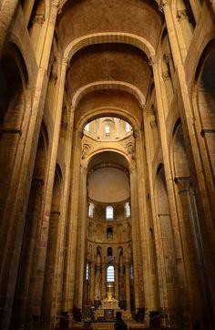 Eglise Sainte-Foy de Conques, début du XIIe siècle : vue intérieure de la nef voûtée en berceau sur doubleaux.