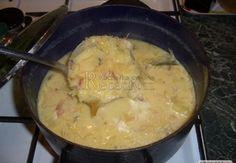 Na másle si zpěníme cibulku, přidáme na jemno nakrájenou slaninu a klobásku a orestujeme. Až pěkně provoní, zalijeme vývarem (cca 1 litr), přidáme pok...