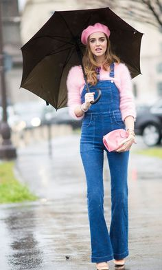 Chiara Ferragni wearing denim overalls with baby pink beret, jumper and clutch. Look Com All Star, Casual Outfits, Fashion Outfits, Fashion Trends, Fashion Fashion, Jeans Rosa, Look Rose, Jessica Parker, Queen Outfit