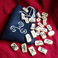 Set de runas Set de runas del Futhark,, hechas a mano en madera,  pirograbadas.  Vienen en una bolsita de fieltro hecha y pintada a mano junto con una pequeña hoja descriptiva de cada una y con un poco de historia. Se hacen por encargo y se personaliza el símbolo de la bolsa.