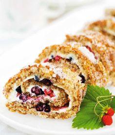 Sommerens bedste dessert er denne glutenfrie nødderoulade med solsøde bær for hele familien. Få opskriften her!