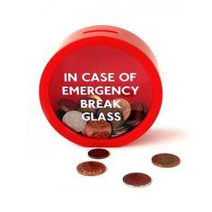 """Alcancía con la siguiente inscripción en el frente: """"In Case Of Emergency Break Glass"""". Se puede apoyar en una mesada, un estante o una biblioteca. También se puede colgar fácilmente en la pared con un clavito. Medidas: 11,5 cm (alto) x 12 cm (ancho) x 5 cm (profundidad). Material: plástico (incluso el frente). La alcancía se puede abrir sin necesidad de romperla (simplemente se remueve la tapa trasera). Luego de retirar el dinero, se puede volver a cerrar. PRECIO: $80."""