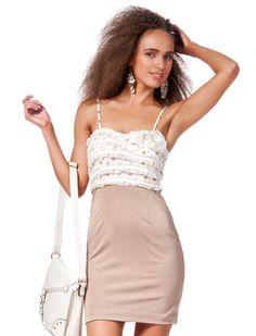 df2883d4c463 Φόρεμα Στέλλα - Λεπτό φόρεμα με μια ευθεία σιλουέτα και ένα συνδυασμό από  πλεκτό ύφασμα και σιφόν. Το πάνω μέρος είναι διακοσμημένο με λουλούδια.