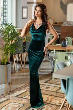Rochie Caprice Verde - Rochie lunga verde din catifea si dantela, ce se muleaza pe linia fina a corpului, ideala pentru evenimentele care doresti sa te faci remarcata. Partea de jos a rochiei este dreapta, despicata la spate, lucru ce confera intregii tinute o senzualitate aparte. Alege sa iesi in evidenta cu o rochie spe
