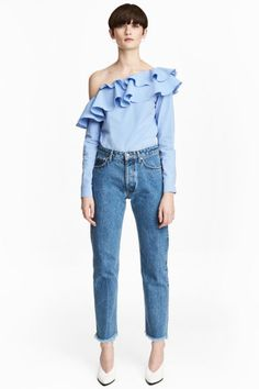 jeans in thick washed denim with a regular waist and straight legs with frayed, raw-edge hems. Fashionista Trends, H&m Fashion, Fashion Online, Style Photoshoot, Signature Style, Blue Denim, Washed Denim, Fashion Forward, Mom Jeans