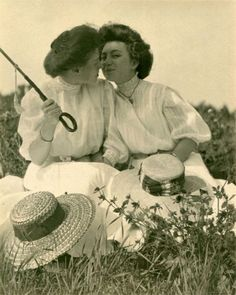 Vintage Pictures of Lesbian Couples « IM Sirius Lesbian Love, Cute Lesbian Couples, Lesbian Art, Couples Vintage, Vintage Lesbian, Photo Vintage, Vintage Love, Couples Lesbiens Mignons, Couple Aesthetic