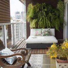 Zielona ściana nad miejscem do siedzenia - czujesz otaczającą Cię naturę? Spójrz na posadzkę - drewniana posadzka została położona na płytkach - to szybkie rozwiązanie!