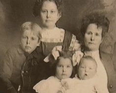 I was born Clyde Chestnut Barrow (on mom's lap) on March 1909 *Bank Robber/Murderer Real Gangster, Gangster Movies, Bonnie Parker, Bonnie Clyde, Bonnie And Clyde Pictures, Wild West Outlaws, Famous Outlaws, Bank Robber, People News