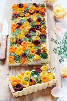 Gemüseröschen Tarte – so sommerlich und bunt – emmikochteinfach Vegetable florets tart The quick and easy recipe. The perfect eye catcher for family or your guests # Vegetable tarte Veggie Recipes, Cooking Recipes, Veggie Food, Shrimp Recipes, Easy Recipes, Vegetable Tart, Good Food, Yummy Food, Quick Easy Meals