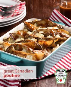 You can now make this Canadian classic at home with this easy-to-make poutine recipe. And the homemade fries make our version extra delicious. Veggie Side Dishes, Potato Dishes, Potato Recipes, Food Dishes, Main Dishes, Chicken Recipes, Canadian Poutine, Canadian Food, Canadian Recipes