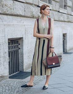 Mein absoluter Lieblings-Look zur Fashion Week Berlin war dieses gestreifte Kleid von by Malene Birger mit der passenden Tasche von Céline, die ich in unserem begehbaren Kleiderschrank von Rebelle.com gefunden habe. Die Tasche ist ja wohl ein 300% Match zu dem Kleid! Mehr zu dem Look findet ihr hier http://www.blogger-bazaar.com/2016/07/04/bordeaux-stripes-mbfw-berlin/ Fashion Week Berlin Looks Blogger Lisa Banholzer
