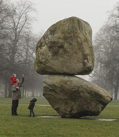 Visitantes se encantam com escultura de pedra exposta na Galeria Serpentine, no Hyde Park, em Londres - http://glo.bo/X4fBk6  (Foto: AP Photo/Yui Mok, PA)