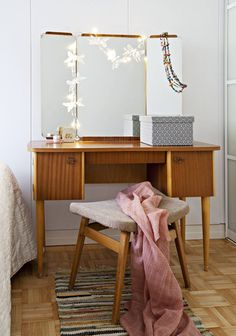 Hieno 1950-luvun peilipöytä tuoleineen löytyi kirpputorilta. Koristetähdet ja pieni räsymatto ovat Moko Marketista. Interior Decorating, Interior Design, Midcentury Modern, Hygge, Office Desk, My House, Sweet Home, Mid Century, Vanity