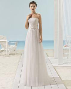 Leichtes Kleid aus weichem Tüll mit schulterfreiem Ausschnitt und Taillenband aus Spitze und Strass, naturweiß.