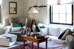 Sydäntalven väritys olohuoneessa on hillityn pellavainen maustettuna vihreällä. Decor, Bed, Sofa, Furniture, Pillows, Home Decor, Throw Pillows, Room