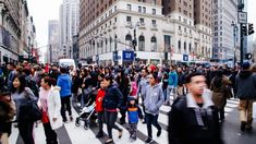 A média dos analistas consultados pela agência de informação financeira Bloomberg esperava que este indicador se situasse nos 128 pontos no último mês deste ano. http://observador.pt/2017/12/28/confianca-dos-consumidores-dos-eua-desce-para-1221-pontos-em-dezembro/