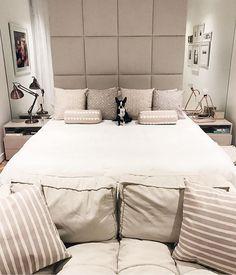 Viram que graça o quarto da @fabianajustus, por Suite Arquitetos?! {e esse cachorrinho?!!! 💗🐶} ------------ Good morning! A cozy and comfy bedroom, by Suite Architects #bedroom #quarto #quartocasal #decor #instadecor