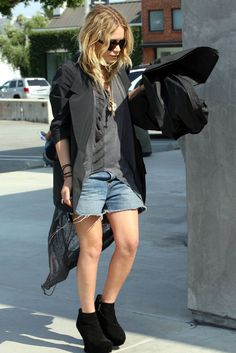 blazer cape \\ mid length shorts \\wedge boots \ wool hat \\ mary kate olsen