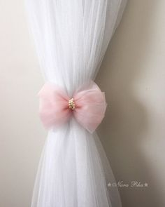 Baby Pink Bow Curtain Tie Backs with White Ribbon. Tassel Curtains, Shabby Chic Curtains, Diy Curtains, Baby Girl Curtains, Valance, Curtain Tie Backs Diy, Curtain Ties, Girls Room Accessories, Curtain Holder