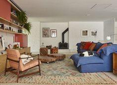 Nessa espaçosa sala, decorada com cores neutras, como o branco, madeira e tons pastéis, o destaque ficou por conta do sofá azul, da Conceito, revestido com lona pela marca. A peça ainda ganhou almofadas, da Codex Home e Studio Bergamin, nas cores vermelho, laranja e estampada. Projeto do escritório RSRG Arquitetos (Foto: Victor Affaro/Editora Globo) @rsrg_arquitetos @codexhome @studiobergamin #sala #sofacolorido #room #décor #decoração