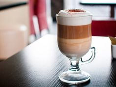 Интернет говорит нам, что капучино это кофе, а латте – кофейный напиток. Мы рискнем не согласиться – если рассматривать все с подобной точки зрения, то кофе это исключительно эспрессо, а все остальное – «кофейные напитки».