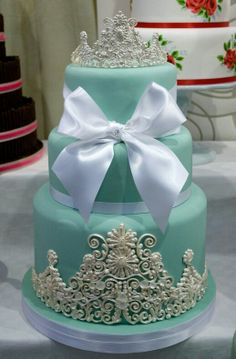 Forget Breakfast at Tiffany's, I'll take dessert. Tiffany blue wedding cake with bow. Tiffany Wedding Cakes, Tiffany Cakes, Tiffany Blue Weddings, Cake Wedding, Frozen Wedding, Tiffany Theme, Tiffany Party, Bow Wedding, Ivory Wedding