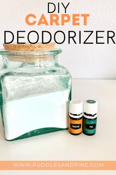 This homemade all natural carpet deodorizer is amazing and so easy to make! It only takes a few minu Diy Cleaners, Cleaners Homemade, Young Living Oils, Young Living Essential Oils, Carpet Odor Remover, Homemade Deodorant, Natural Carpet, Natural Cleaning Products, Natural Products