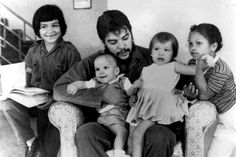Che and his four children; his son Ernesto & daughter Celia both in their father's lap, Alushya (left) & son Camilo (right). JOSÉ TOMÁS FREYTES H ( Marie Curie, Che Guevara Photos, Che Quevara, Victor Jara, Viva Cuba, Ernesto Che Guevara, Fidel Castro, Serge Gainsbourg, Guerrilla