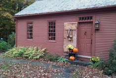 The Major John Gile House c. 1763 - Guest suites for Rent in Nottingham, New Hampshire, United States Colonial House Exteriors, Colonial Architecture, Primitive Homes, Primitive Bedroom, Primitive Antiques, Primitive Country, Primitive Decor, New England Style, New England Homes