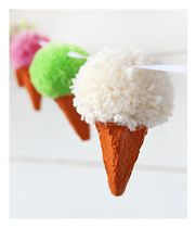 Making pom poms is a favorite amusement in this house. It's easy and everyone can choose their favorite colors. With pieces of an egg carton we'll turn the pom poms into to ice creams, and the ice creams into a garland ! Festive, don't you think! You need yarn, scissors, egg cartons, acrylic paint and(...)