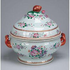 Sopeira de porcelana Cia das Índias, circular, bojo com leve gomos verticais, profusa decoração com arranjos florais em esmaltes da família rosa. Alças laterais projetadas e pega da tampa em pinha. 24,5 cm de diâmetro x 26 cm de altura. China, Qing Qianlong (1736-1795).