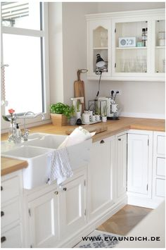 There is no question that designing a new kitchen layout for a large kitchen is much easier than for a small kitchen. A large kitchen provides a designer with adequate space to incorporate many convenient kitchen accessories such as wall ovens, raised. Home Decor Kitchen, Country Kitchen, New Kitchen, Vintage Kitchen, Kitchen Dining, Kitchen Sink, Kitchen Backsplash, Kitchen Wood, Kitchen White