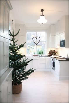 Scandinavian Christmas inspiration - tree in a basket in the kitchen Christmas Kitchen, Merry Little Christmas, Noel Christmas, Scandinavian Christmas, Winter Christmas, All Things Christmas, Christmas Crafts, Christmas Decorations, Holiday Decor