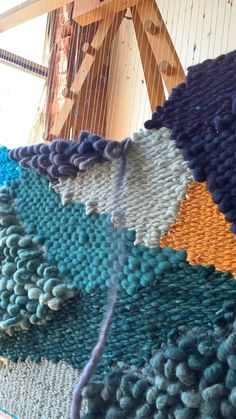 Weaving Loom Diy, Rug Loom, Weaving Art, Tapestry Weaving, Hand Weaving, Loom Knitting Patterns, Weaving Patterns, Weaving Wall Hanging, Weaving Projects