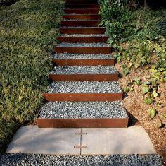 escalier de jardin en acier Corten et cailloux, pelouse et plantes couvre-sol